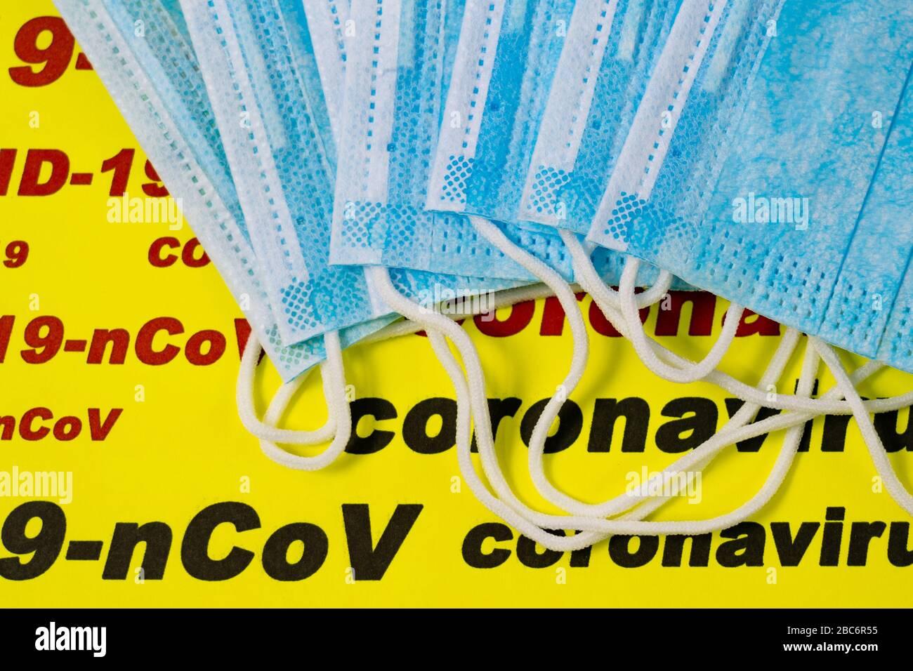 Masques chirurgicaux antiviraux à l'arrière-plan du texte : 2019-ncov, coronavirus 2019, COVID-19. Concept d'épidémie de virus. Gros plan. Banque D'Images