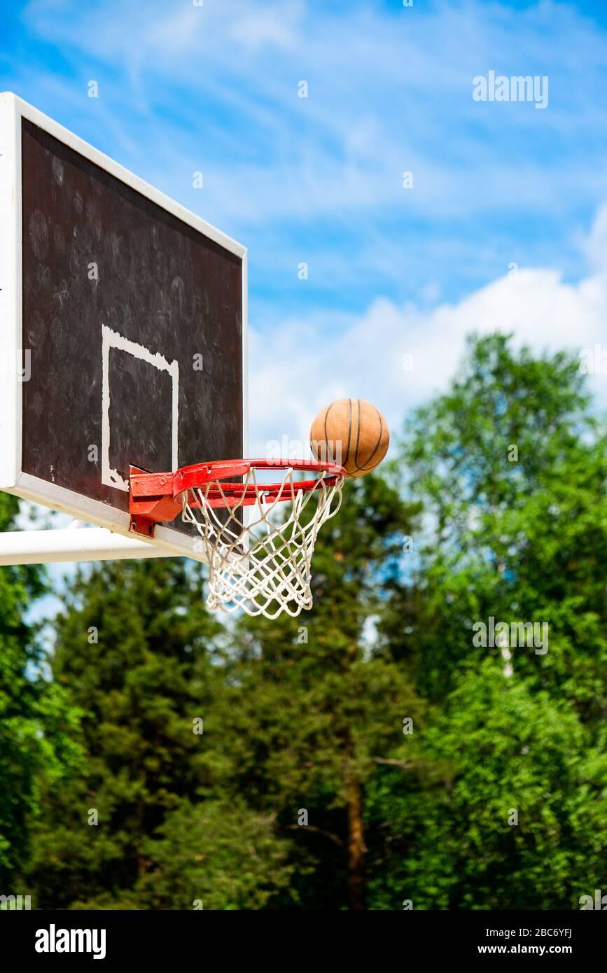 Panier de basket-ball dans le parc avec des arbres verts comme arrière-plan Banque D'Images