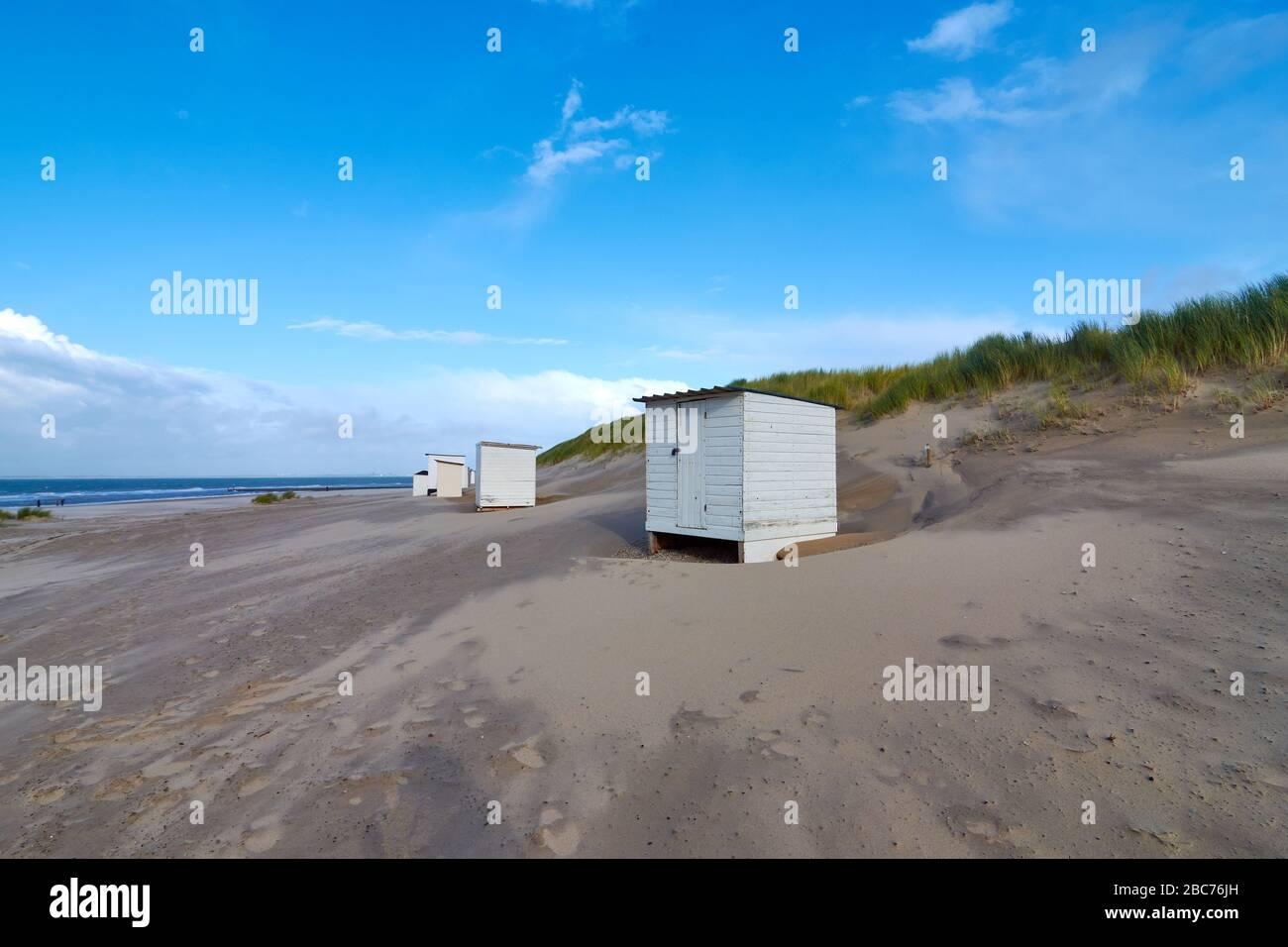 Petit casier blanc à la plage de la mer du Nord aux Pays-Bas. Le ciel bleu est intercalé de nuages. Banque D'Images