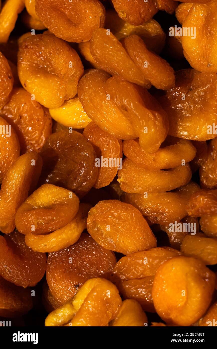Abricots secs. Macro. Tas d'abricots secs gros plan. Banque D'Images