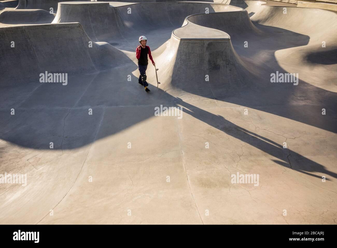 Suède, Scania, Malmo, région de Vastra Hamnen, skate Park avec skater, Banque D'Images