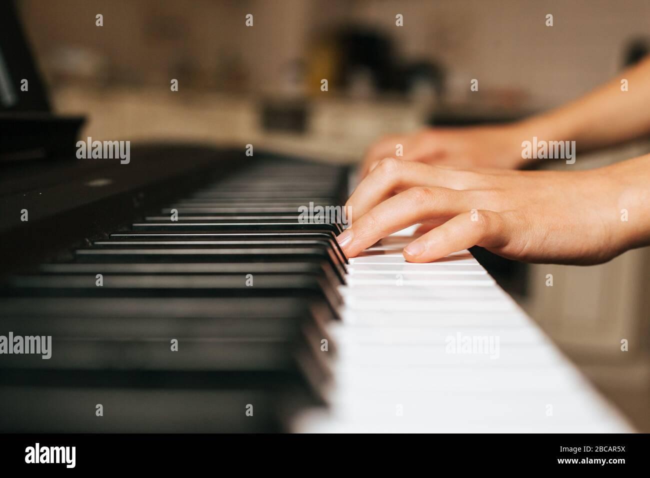 Enfants mains jouant piano.Cllase-up piano, clavier blanc et noir Banque D'Images