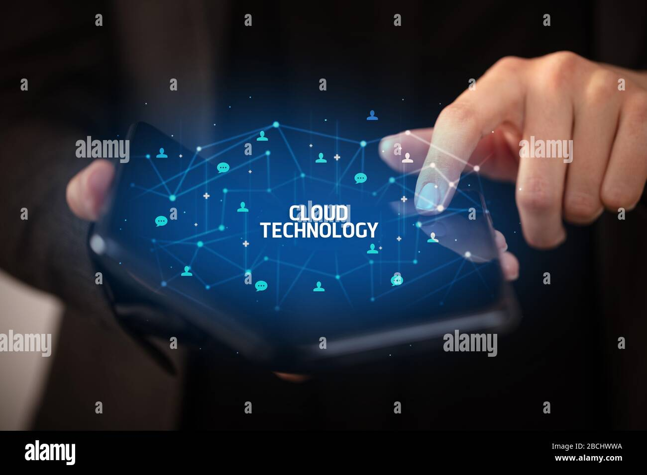 Businessman holding un smartphone avec technologie cloud inscription, nouvelle technologie concept Banque D'Images