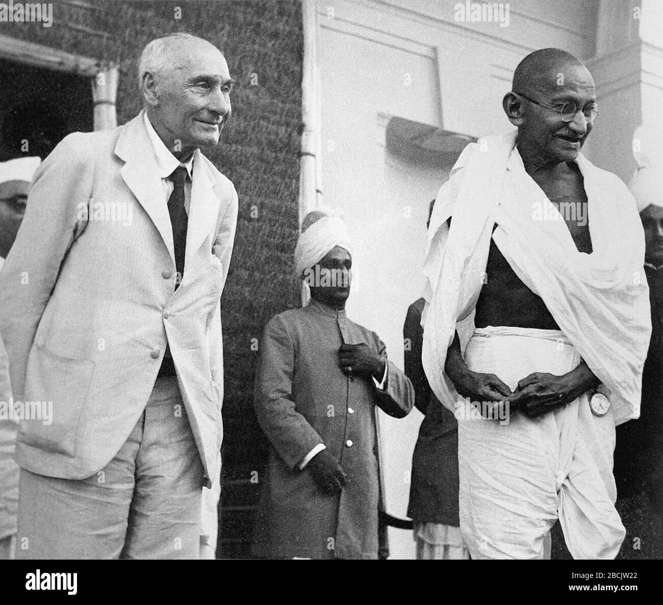 """""""Lord Pethic-Lawrence et Mahatma Gandhi; Anglais: Lord Pethick-Lawrence, Secrétaire d'Etat britannique pour l'Inde, et Mahatma Gandhi photographié comme ce dernier partir après une interview, Delhi, 18 avril 1946; 18 avril 1946date QS:P571,+1946-04-1800:00:00Z/11; Gandhi (Q554256), Peter Rüdhahe, 2002; Peter Rüdhi, Peter Rüdhaon, Peter Rühil Banque D'Images"""
