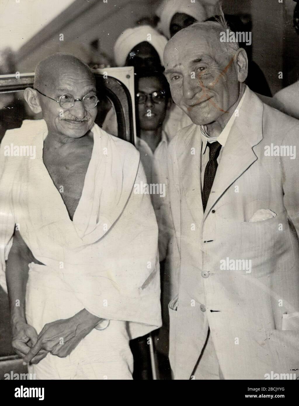 'Anglais: Mahatma Gandhi avec Lord Pethick-Lawrence, à Delhi.; 18 avril 1946; https://www.news18.com/photogallery/india/mahatma-gandhi-100-rare-photos-you-must-see-1645549-2.html lien direct; inconnu (voir [1]); ' Banque D'Images