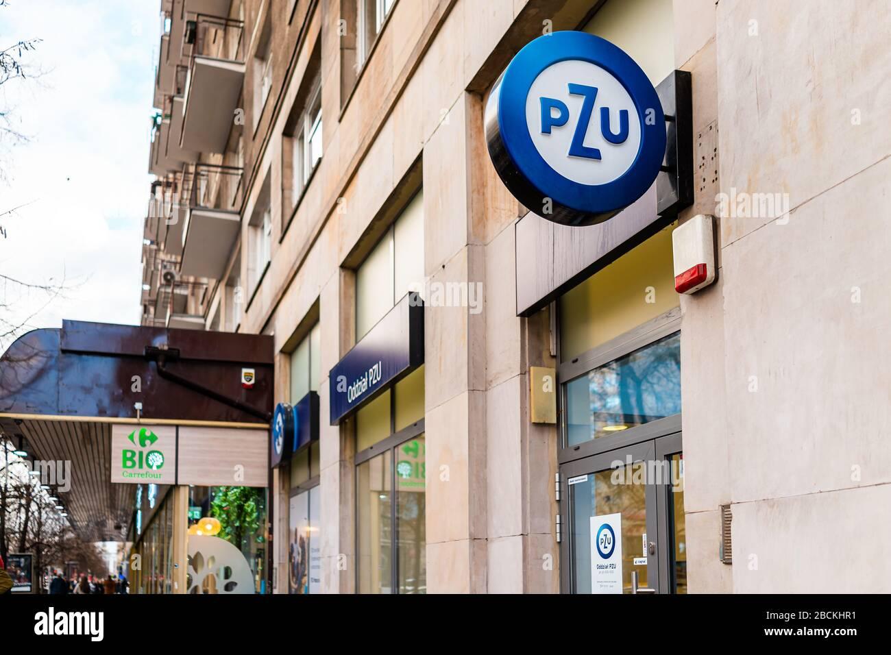 Varsovie, Pologne - 22 janvier 2019: Panneau pour la compagnie d'assurance PZU et Carrefour bio bio bio bio vert supermarché dans la rue dans le centre-ville Banque D'Images
