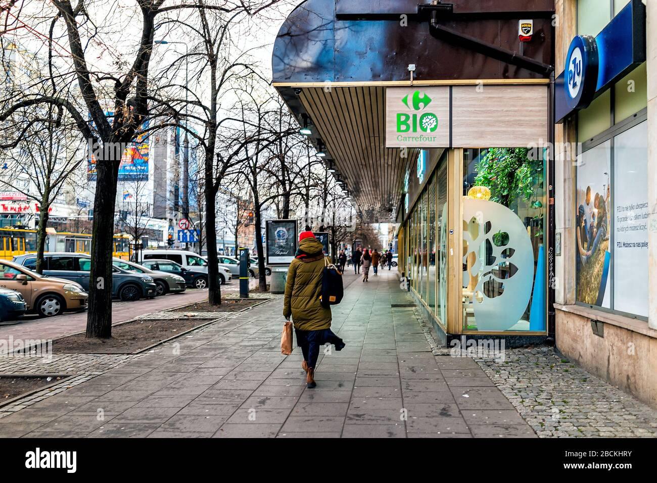 Varsovie, Pologne - 22 janvier 2019: Panneau pour Carrefour bio bio vert épicerie supermarché sur la rue dans le centre-ville et les gens à pied Banque D'Images