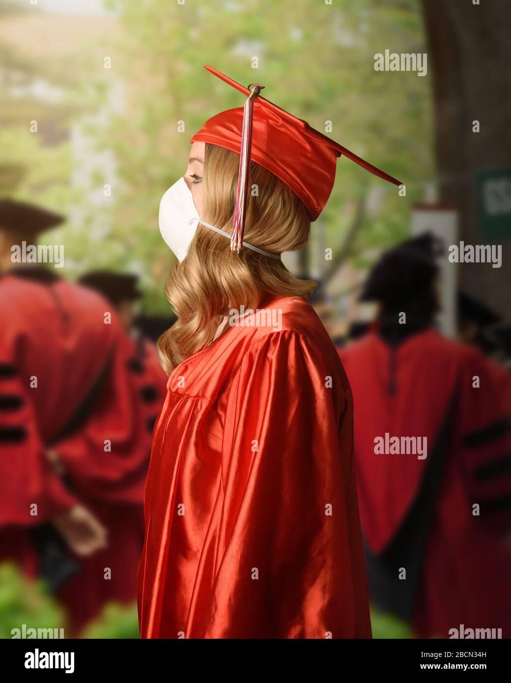 Un diplômé de l'université porte une robe rouge et une cape avec un masque facial surgerique pour la peur du coronavirus sur la classe de 2020. Banque D'Images