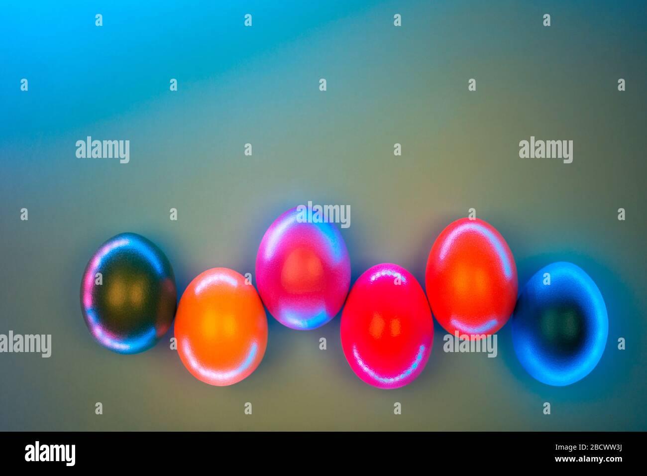 Creative photo d'oeufs colorés en néons sur fond gris. Concept de Pâques. Mise à plat de style. Banque D'Images