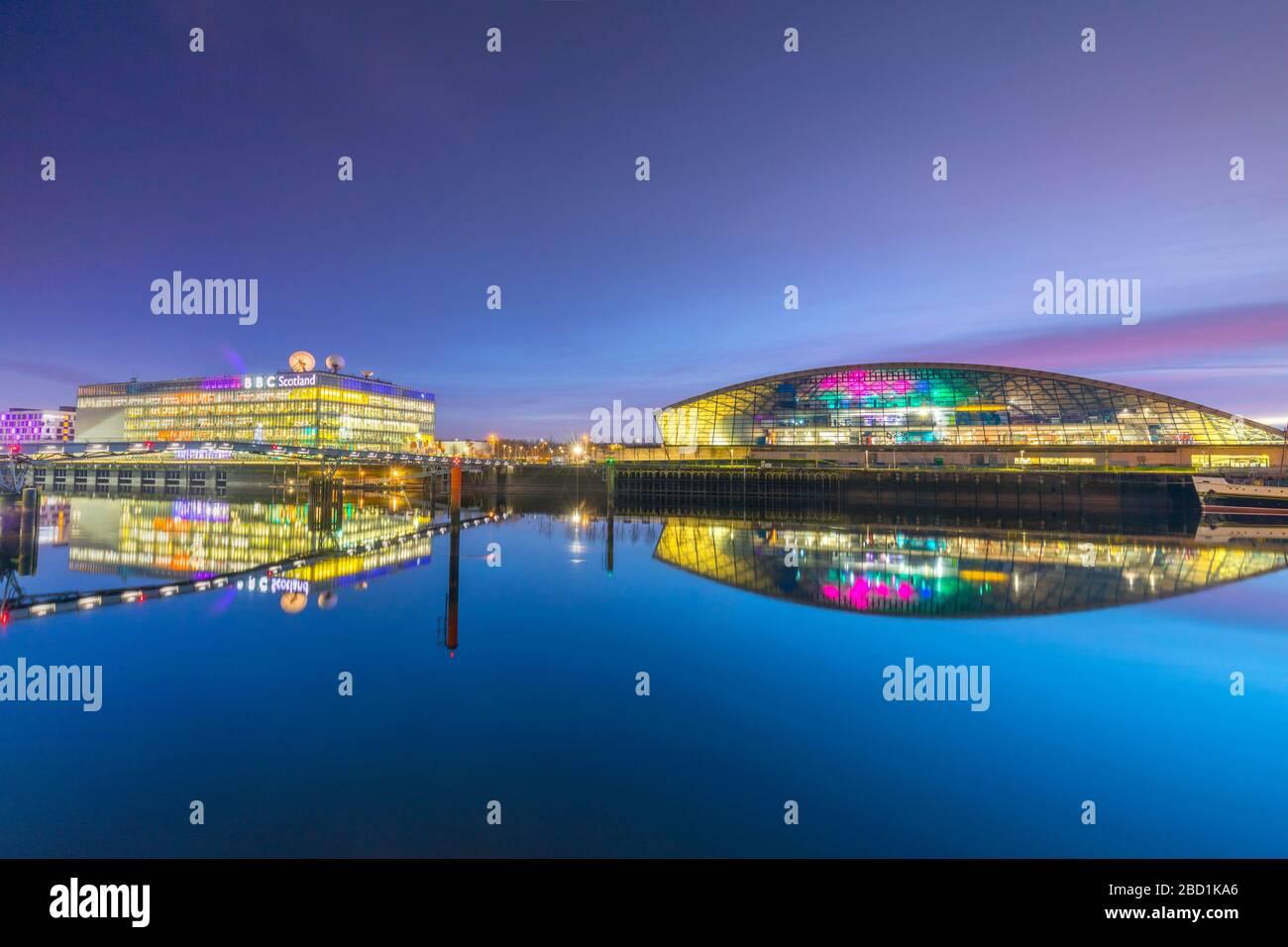 Siège social de BBC Scotland et le Science Museum à DUSK, River Clyde, Glasgow, Ecosse, Royaume-Uni, Europe Banque D'Images