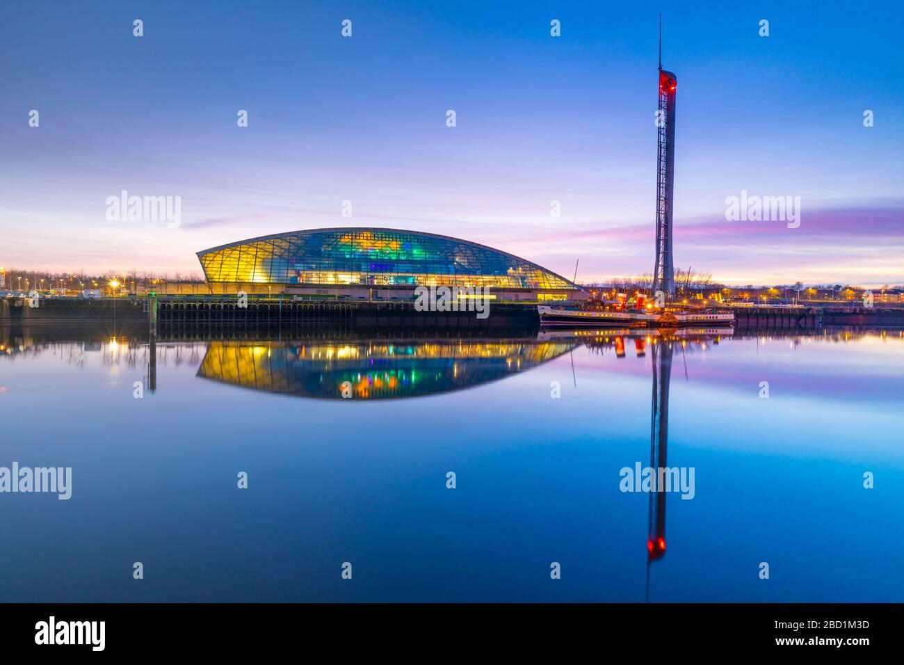 The Science Museum et Glasgow Tower au crépuscule, River Clyde, Glasgow, Ecosse, Royaume-Uni, Europe Banque D'Images