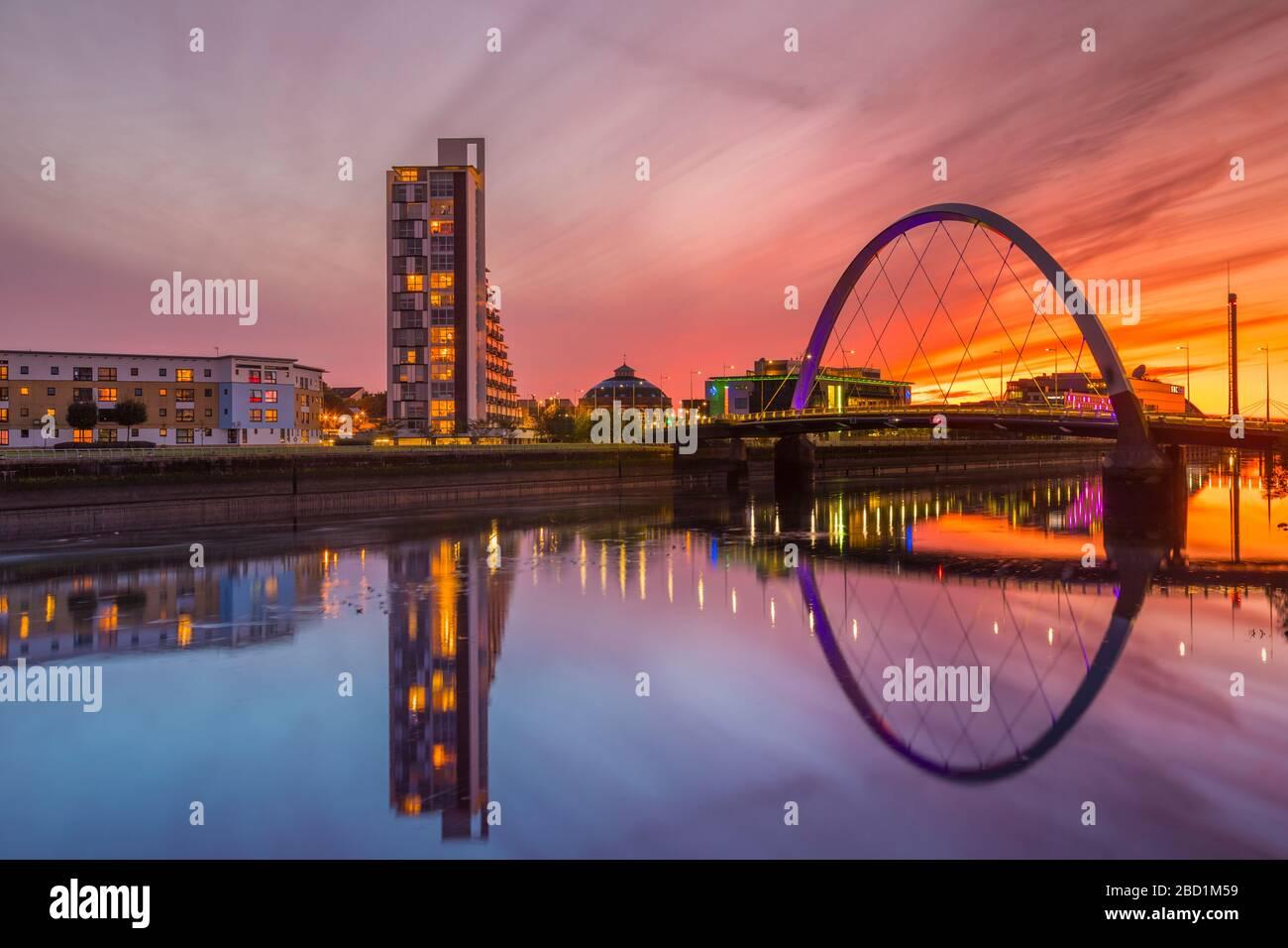 Clyde Arc (pont Squinty) au coucher du soleil, rivière Clyde, Glasgow, Écosse, Royaume-Uni, Europe Banque D'Images