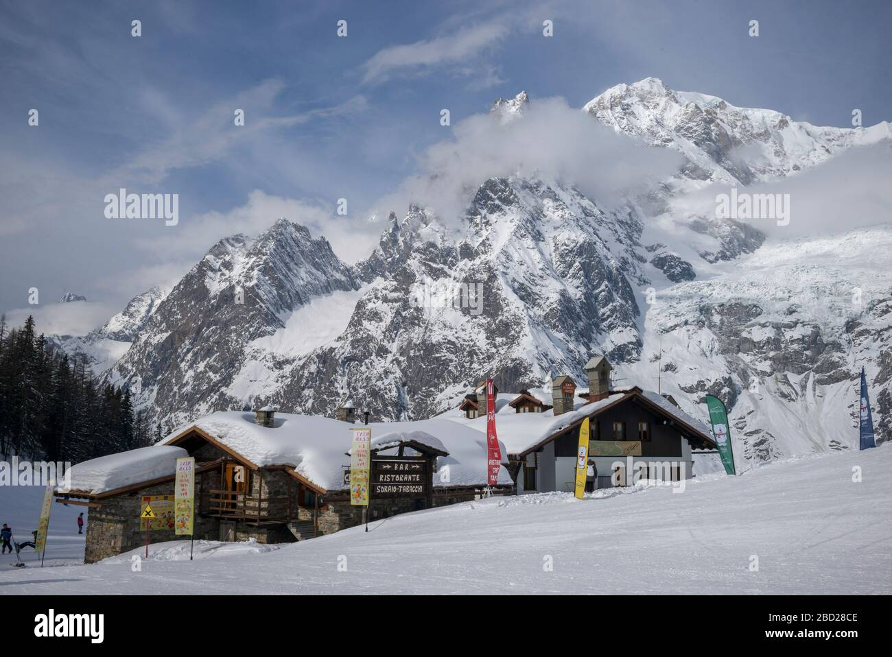 Chaîne de montagne enneigée, station alpine, vallée d'Aoste, Courmayeur, Italie du Nord Banque D'Images