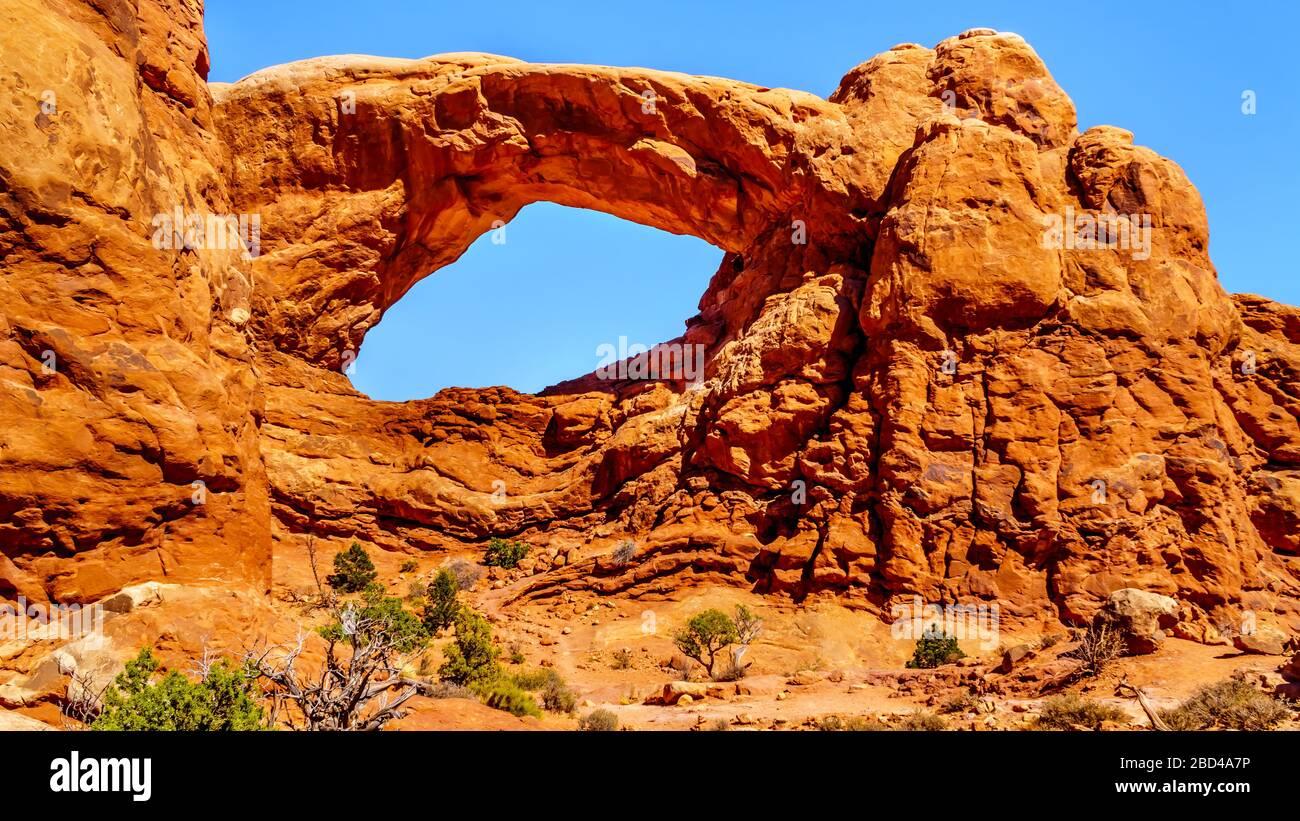 L'arche de fenêtre sud dans la section Windows dans le paysage désertique du parc national d'Arches, Utah, États-Unis Banque D'Images