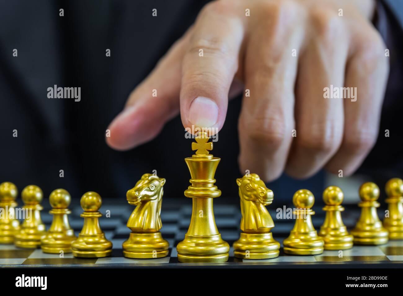 Jeu d'échecs sur le tableau d'échecs derrière l'arrière-plan de l'homme d'affaires. Concept d'affaires pour présenter l'information financière et l'analyse de stratégie de marketing. Investmen Banque D'Images