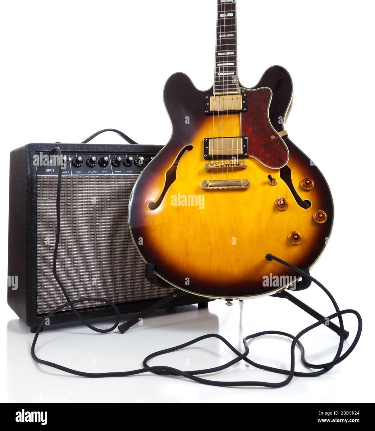 Guitare électrique semi-solide vintage et amplificateur sur blanc Banque D'Images