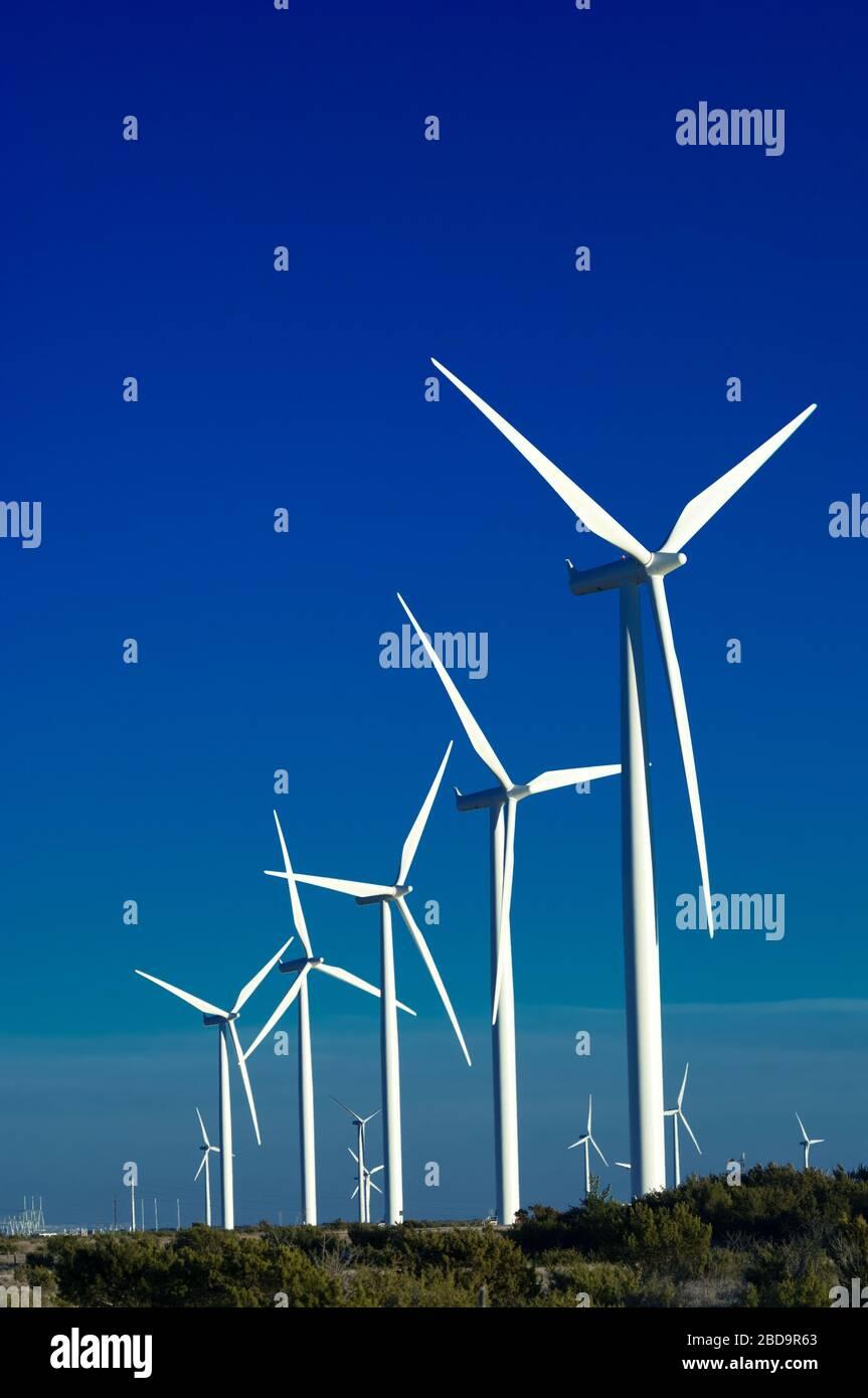 Un groupe d'éoliennes avec fond bleu ciel Banque D'Images