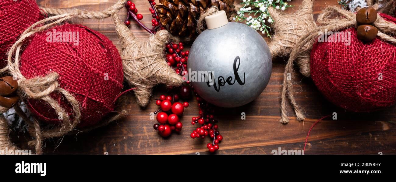 Décorations de Noël sur fond de bois brun. Cônes de pin, jarretelles, baies et branches de pins et boules Banque D'Images
