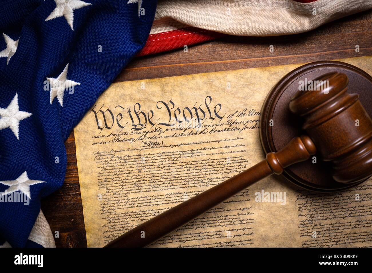 La constitution américaine, un gavel et le drapeau des États-Unis Banque D'Images