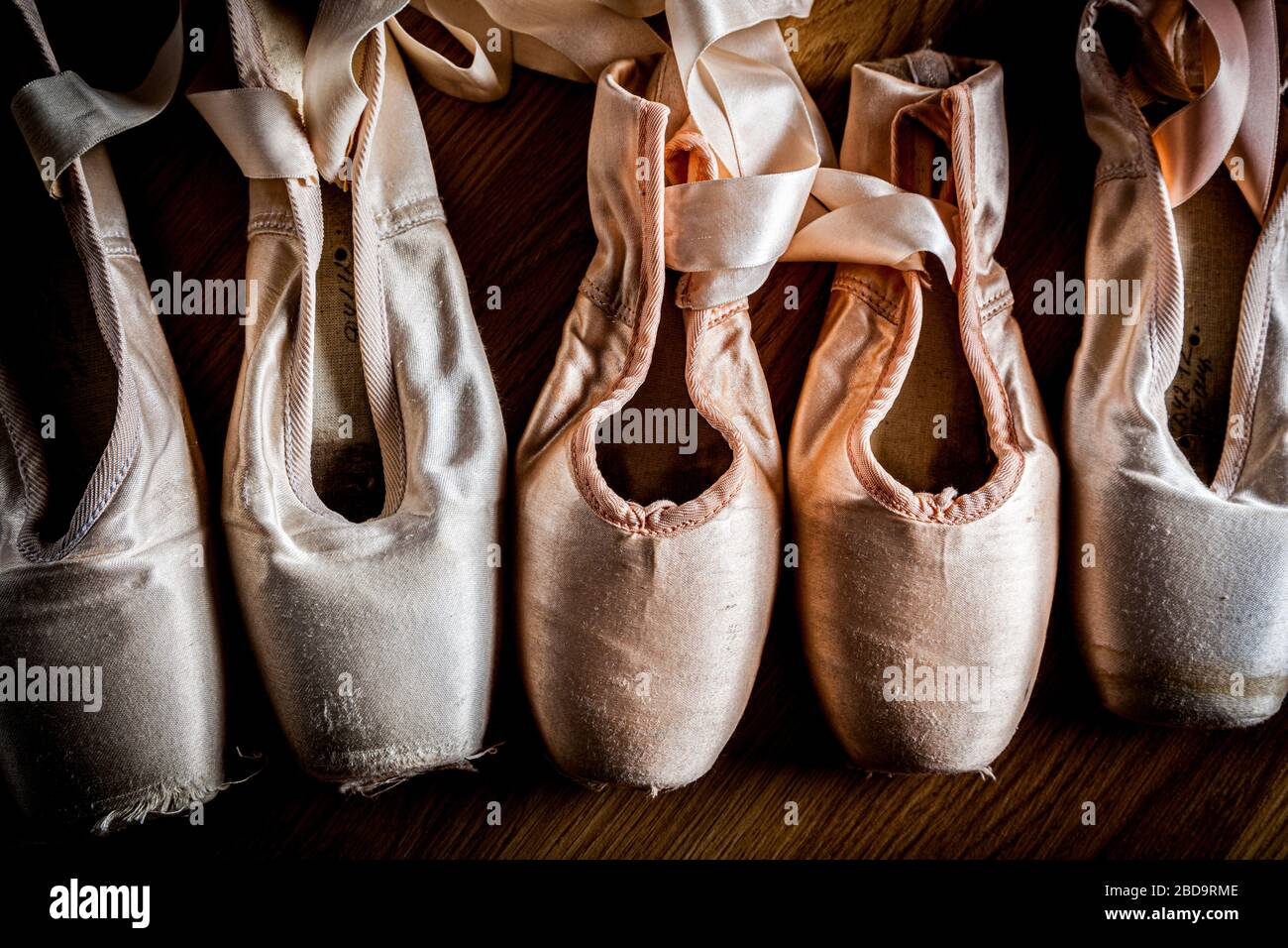 Un groupe de chaussures de ballerines ou de chaussures pointe d'occasion Banque D'Images