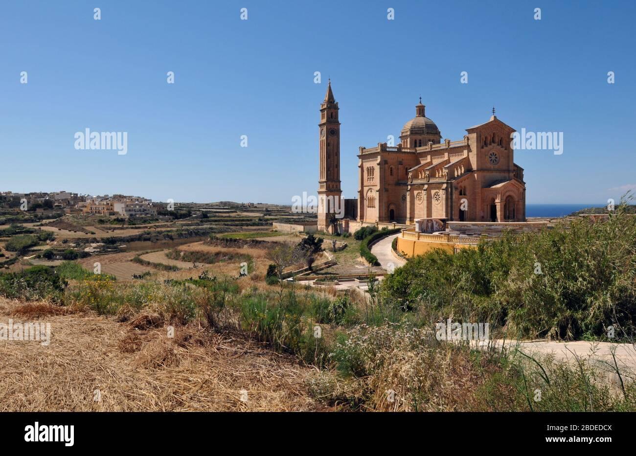 Le sanctuaire national de Ta' Pinu à Gharb sur l'île de Gozo, Malte, est une destination populaire pour les touristes et les pèlerins, et a été consacré en 1932. Banque D'Images