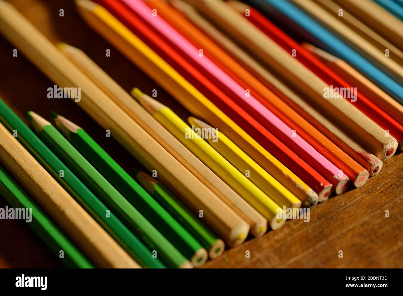crayons en bois colorés dans une rangée comme fond créatif Banque D'Images