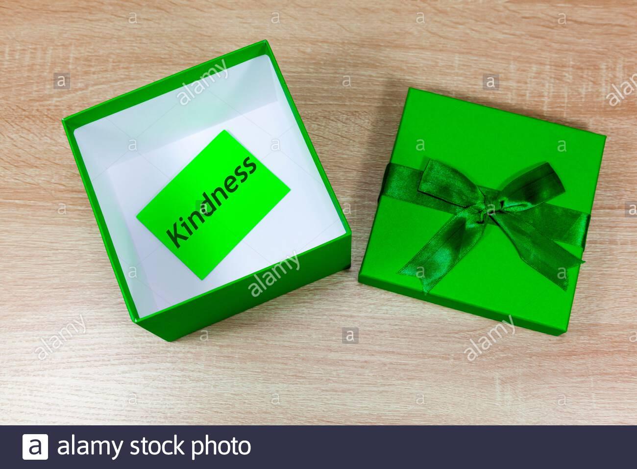 Boîte cadeau ouverte avec le mot « gentillesse » à l'intérieur Banque D'Images