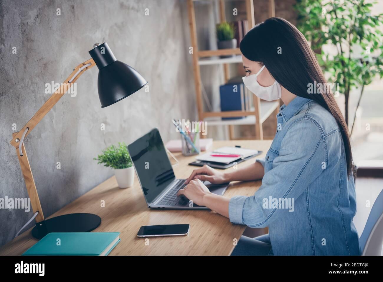 Profil vue latérale portrait de elle belle focalisée attirante brunette fille professionnel copywriter designer financier utilisant ordinateur portable travaillant dans Banque D'Images