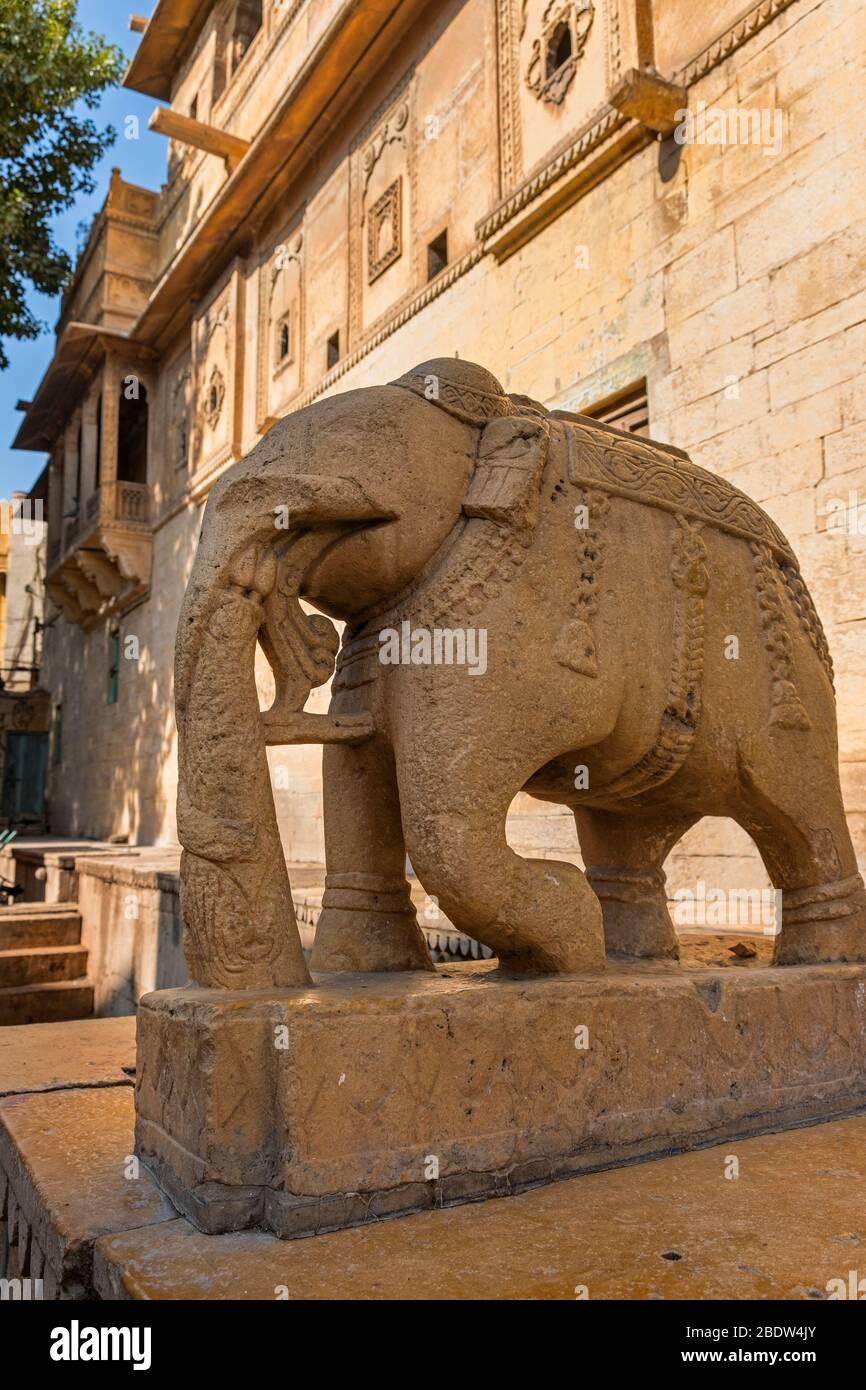 Éléphant de pierre à l'extérieur de Salim Singh Haveli Jaisalmer Rajasthan Inde Banque D'Images