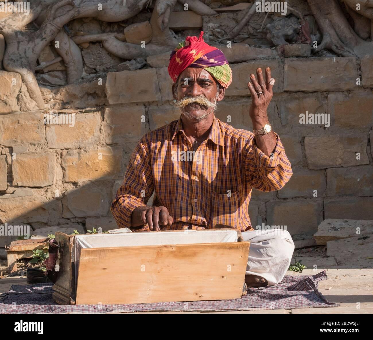 Musicien local au lac Gadisar Jaisalmer Rajasthan Inde Banque D'Images
