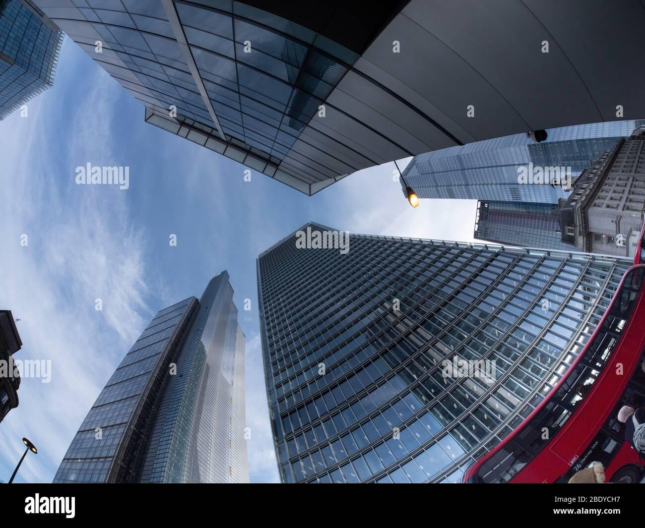 100 Bishopsgate, le siège de la Royal Bank of Canada, gratte-ciel de Londres, derrière l'autobus rouge. La tour Heron est sur la gauche Banque D'Images