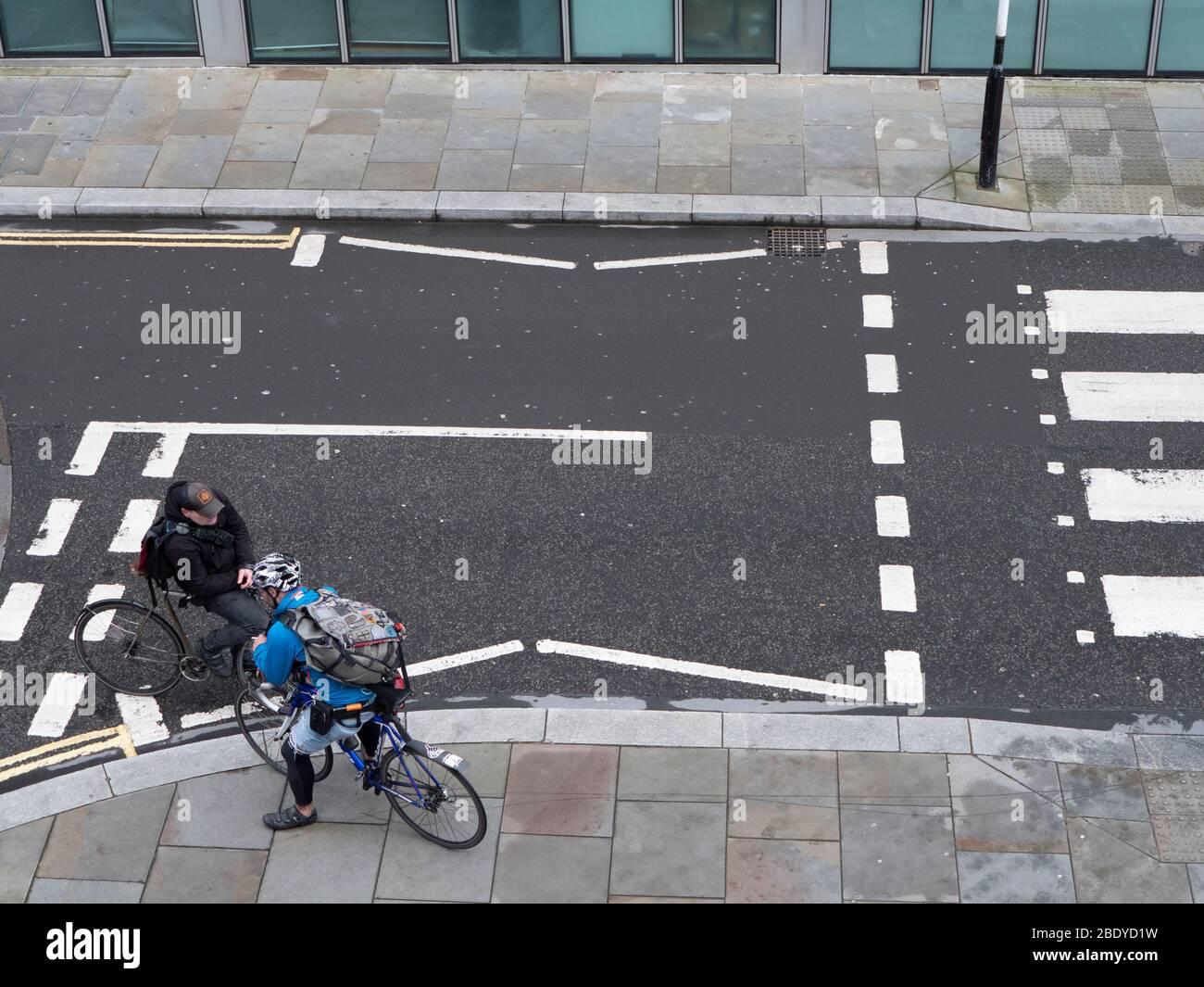 Vélo, vélos, messagers de cycle dans le centre de Londres, parler à un carrefour Banque D'Images