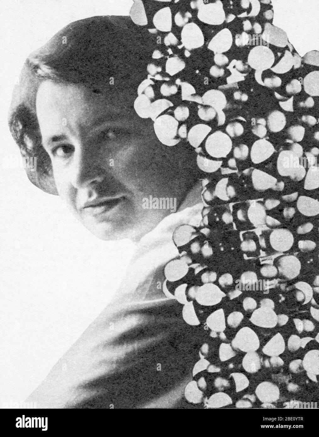 Rosalind Franklin. Portrait de Rosalind Franklin (1920-58), cristallographe britannique des rayons X. Son travail de production d'images radiographiques de l'ADN (acide désoxyribonucléique) a été crucial dans la découverte de la structure de l'ADN par James Watson et Francis Crick. Franklin a obtenu son diplôme de Cambridge en 1942 et a mené des recherches au Royaume-Uni et à Paris jusqu'en 1950. Elle est retournée au King's College, à Londres, pour travailler sur la structure de l'ADN à l'aide de la cristallographie aux rayons X. Ses images de rayons X de cristaux d'ADN étaient de la plus haute qualité, et elle a reconnu un certain nombre d'éléments de la structure de l'ADN. C'était cependant Watson et CRIC Banque D'Images