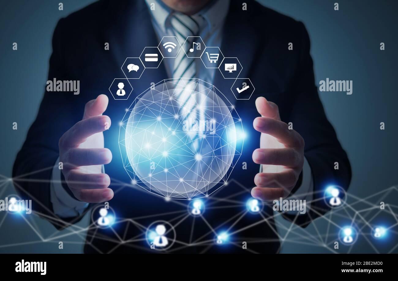 innovation mondiale et concept de technologie de mise en réseau, homme d'affaires tenant la planète sociale, réseau se connecter dans le monde entier avec des données d'icône d'entreprise Banque D'Images