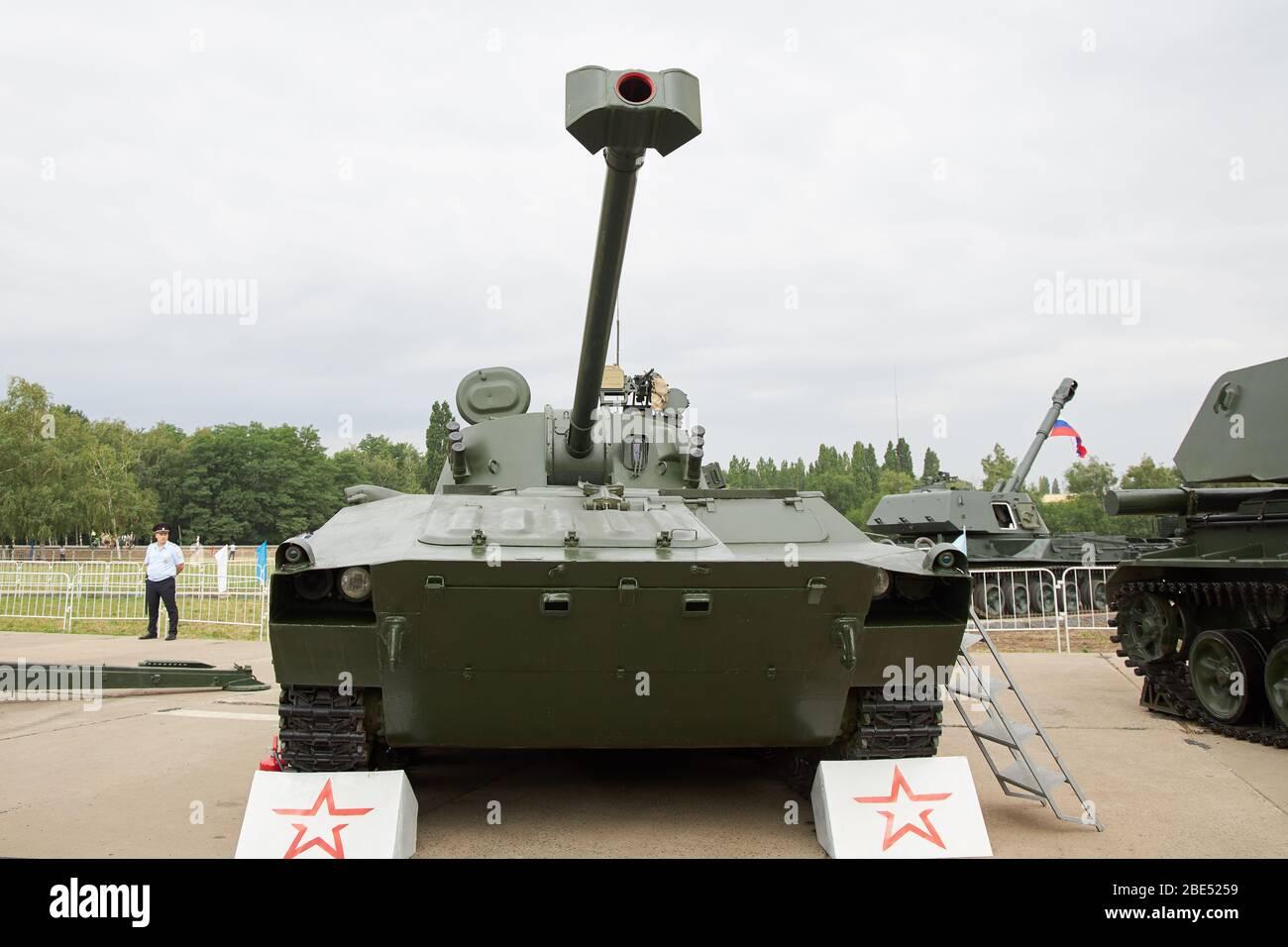 Sambek, région de Rostov, Russie, 28 juin 2019 : le système de obusiers/mortier automoteurs de 120 mm 2S34 Hosta, vue avant Banque D'Images