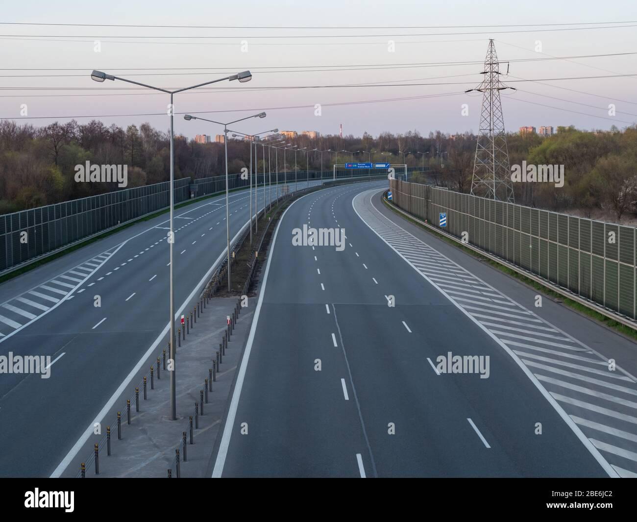 Généralement pleine de voiture, maintenant vide la route 4 en raison de la pandémie de coronavirus. Sur les enseignes noms de ville et directions en Pologne, Cracovie. Banque D'Images