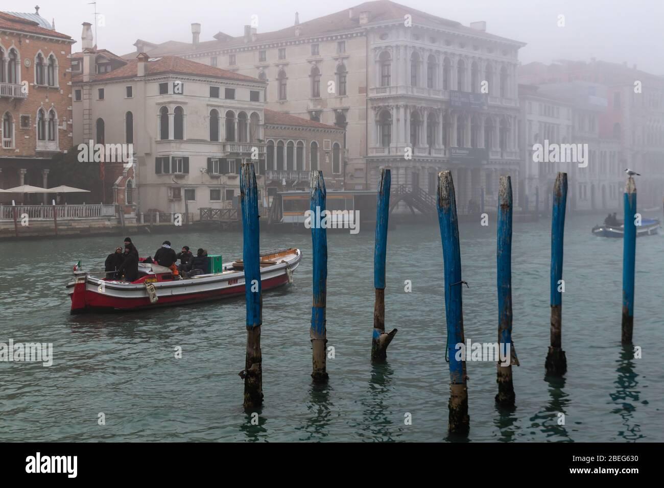 Venise, Italie. 9 janvier 2019. Bateaux traversant le Grand Canal dans le brouillard Banque D'Images