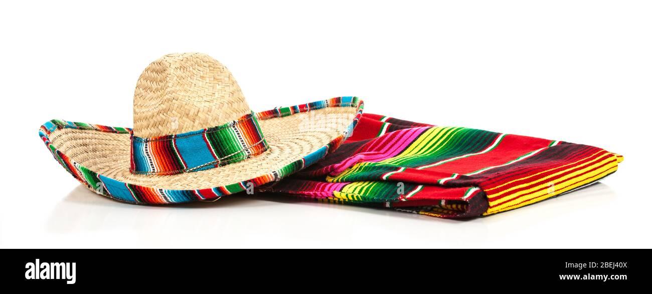 Un sombrero mexicain tissé ou un chapeau avec une couverture en serape colorée Banque D'Images
