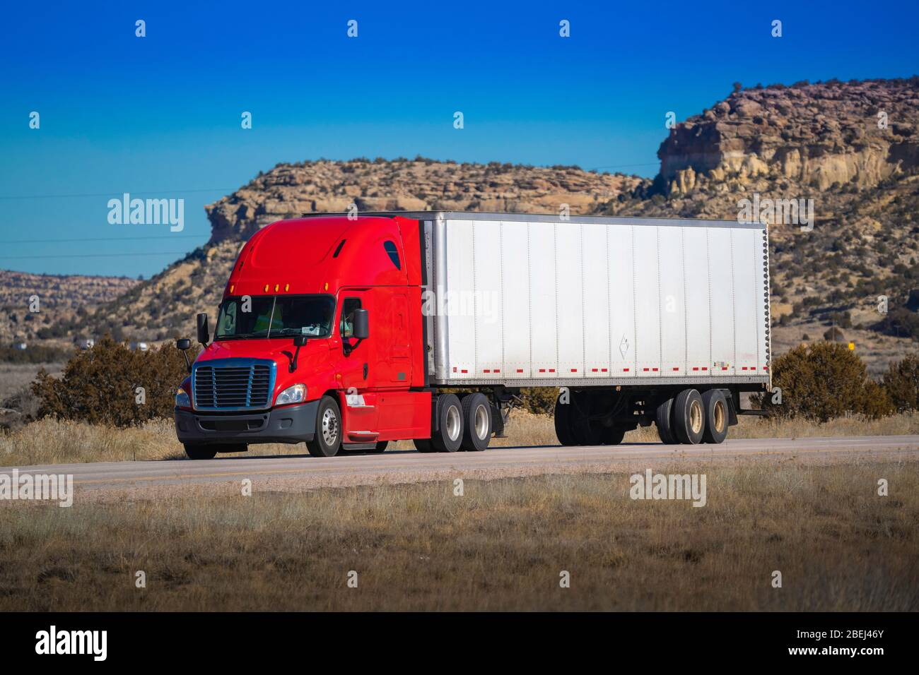 Tracteur de grande plate-forme à dix-huit roues avec remorque sur route. Industrie du camionnage Banque D'Images