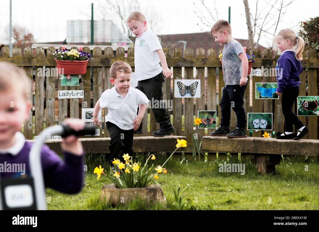 Enfants dans la zone de jeu extérieure d'une école maternelle à Darlington, comté de Durham, Royaume-Uni. 18/4/2018. Photo : Stuart Boulton. Banque D'Images