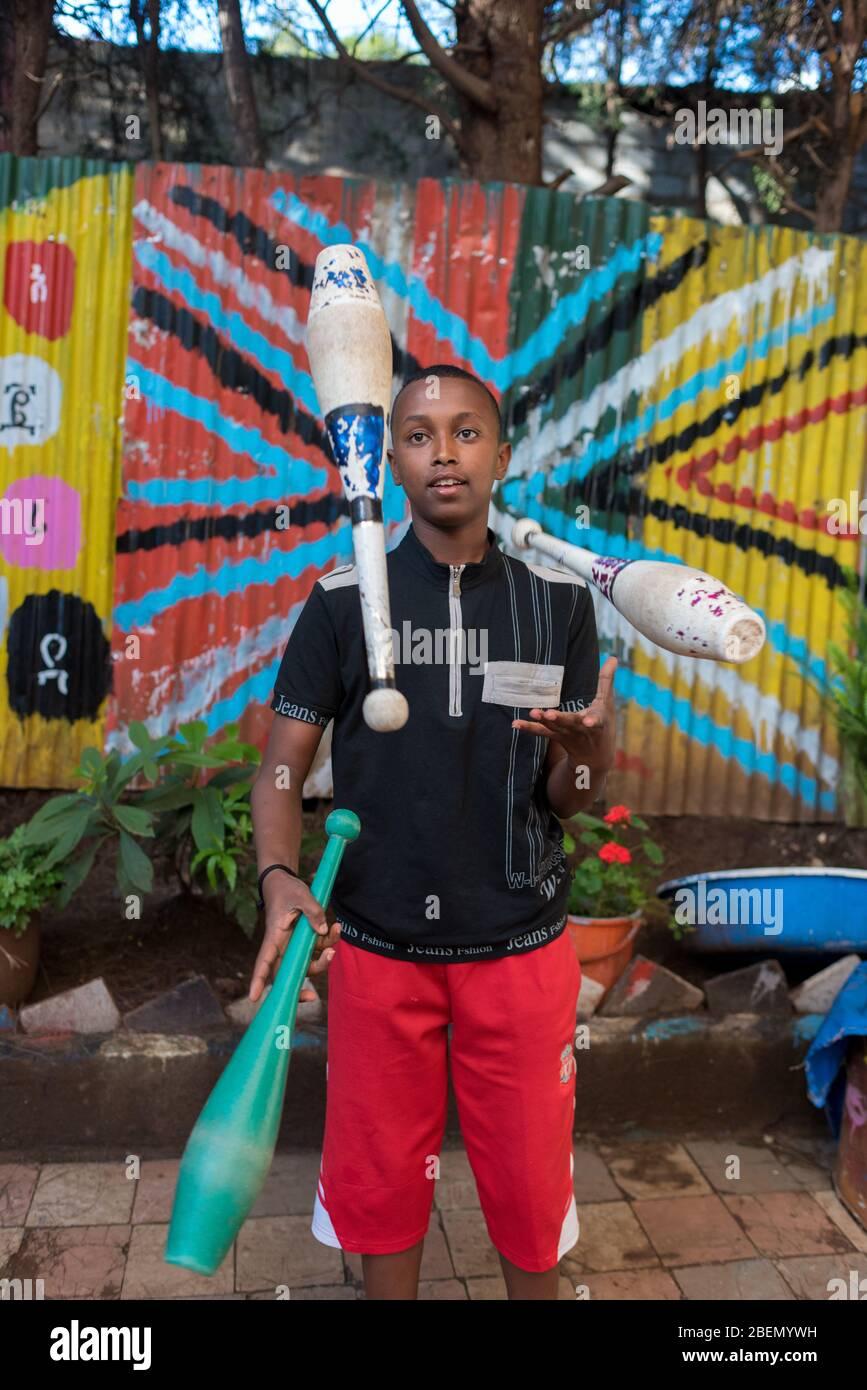 Les pratiques de l'enfant jonglent à l'école et au centre communautaire Fekat Circus, Addis-Abeba, Ethiopie, Afrique. Banque D'Images