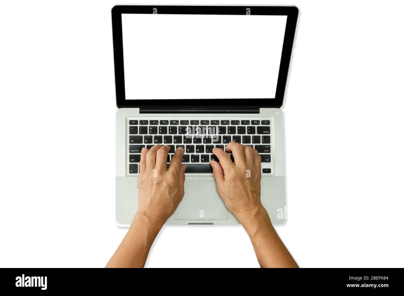 Femme a des mains taper sur un ordinateur portable de clavier sur un fond blanc.chemin d'écrêtage Banque D'Images