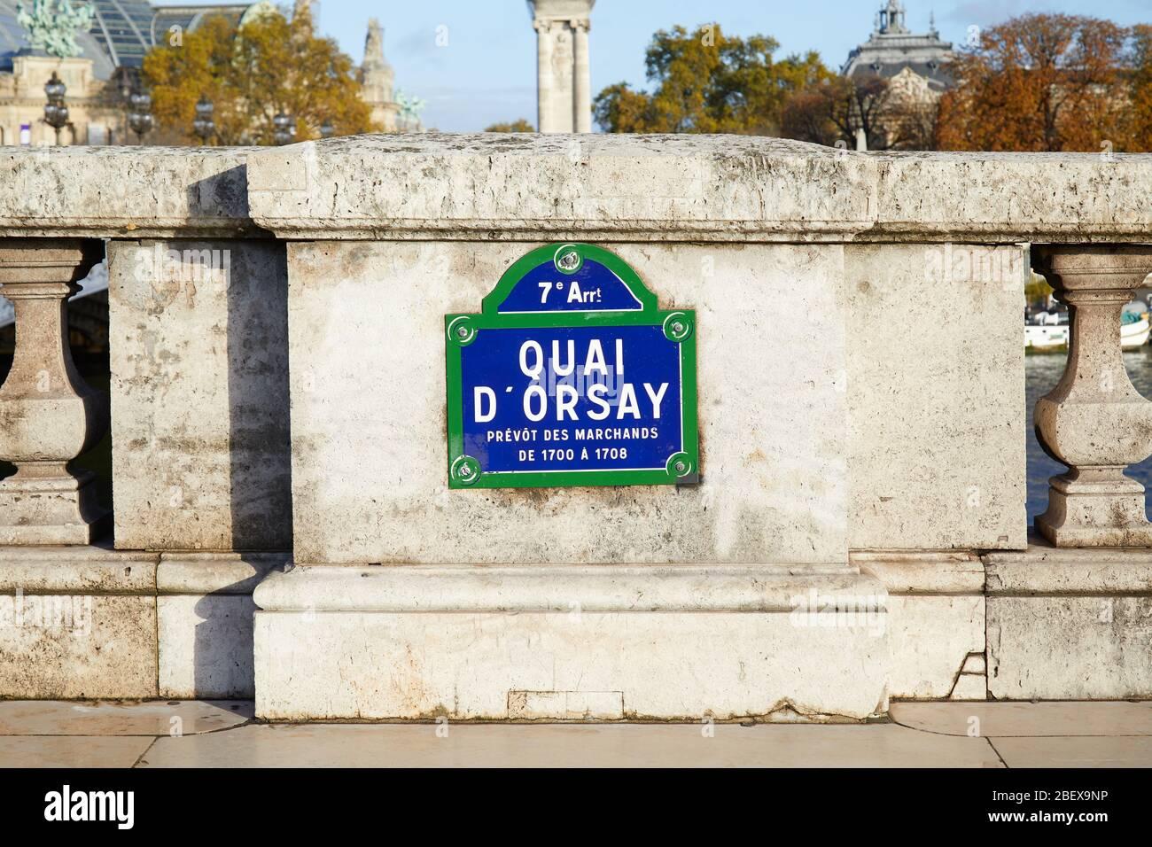 Quai Orsay panneau de rue typique et balustrade en pierre à Paris, France Banque D'Images