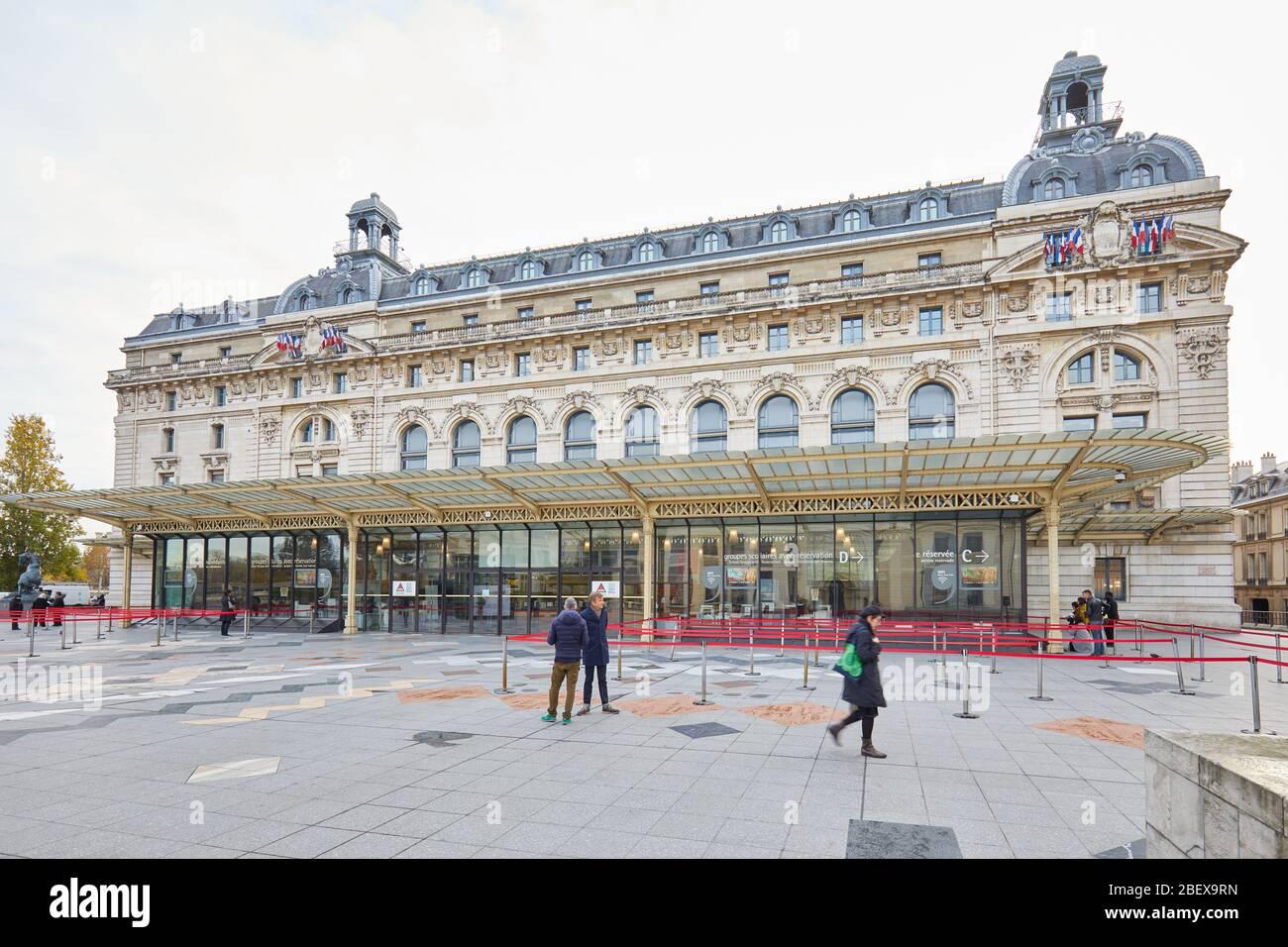 PARIS, FRANCE - 8 NOVEMBRE 2019 : Gare d'Orsay ou Musée d'Orsay avec des gens dans un matin nuageux à Paris Banque D'Images