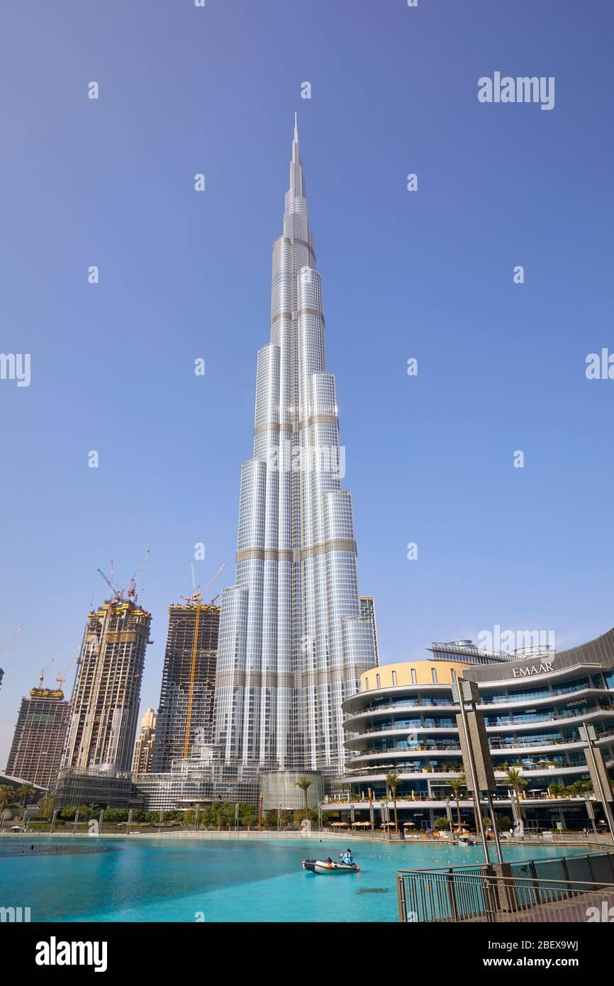 DUBAÏ, EMIRATS ARABES UNIS - 19 NOVEMBRE 2019 : gratte-ciel Burj Khalifa et centre commercial Dubai Mall avec vue dégagée sur le soleil Banque D'Images