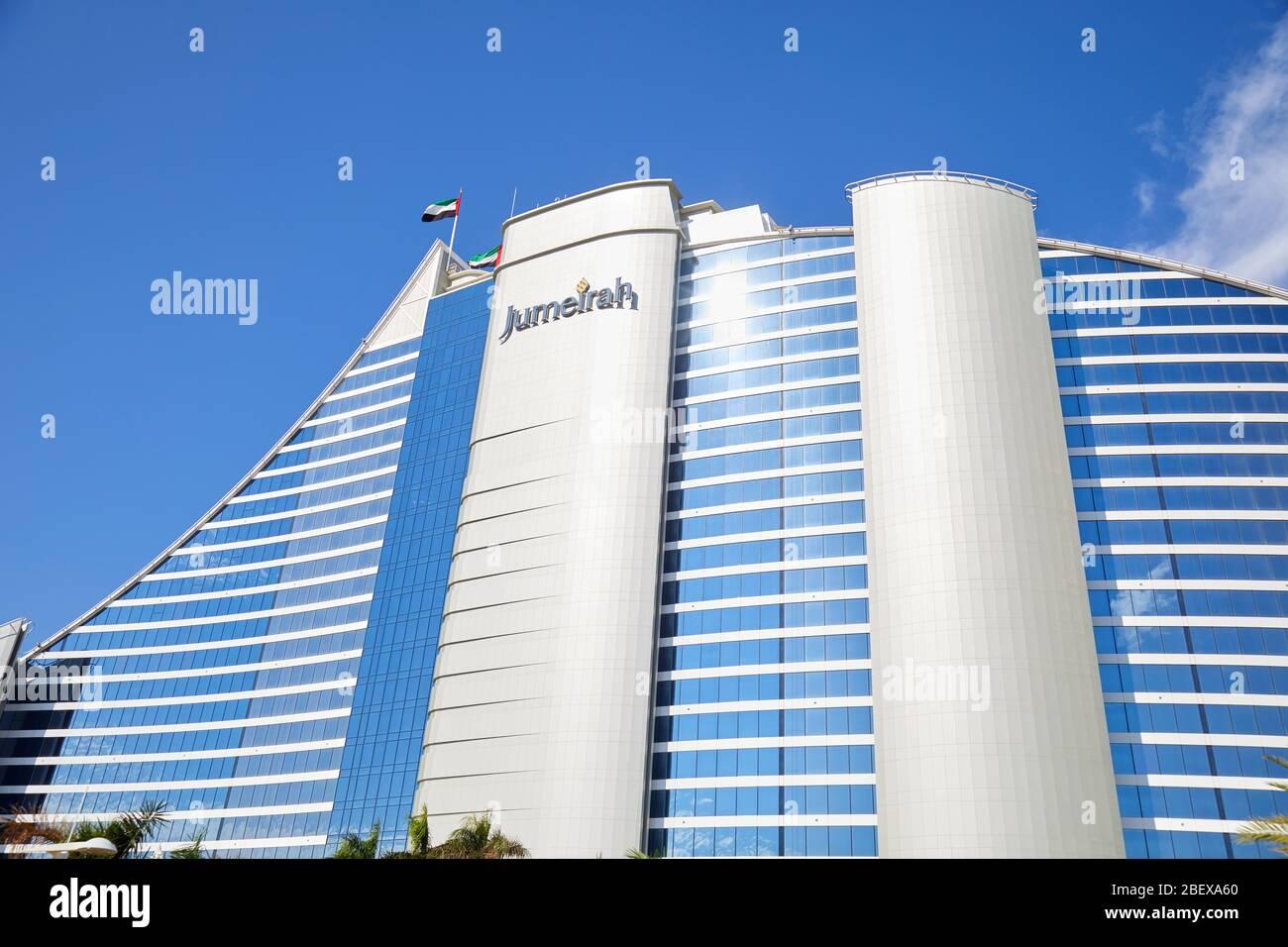 Dubai, EMIRATS ARABES UNIS - 23 NOVEMBRE 2019: Jumeirah Beach hôtel de luxe vue à angle bas dans une journée ensoleillée, ciel bleu à Dubaï Banque D'Images