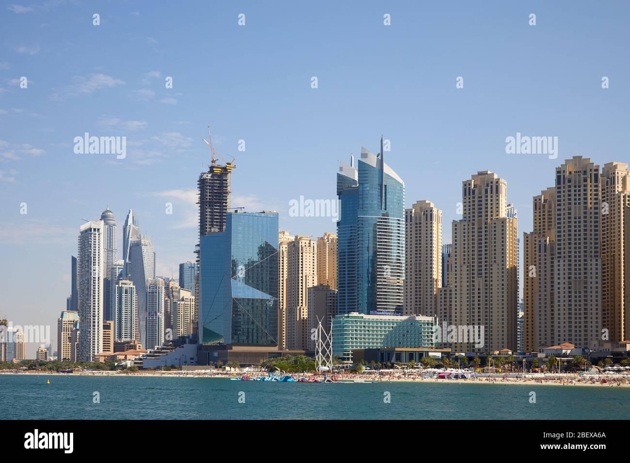 DUBAÏ, EMIRATS ARABES UNIS - 23 NOVEMBRE 2019 : plage de Marina de Dubaï avec gratte-ciel en journée ensoleillée, ciel bleu clair à Dubaï Banque D'Images