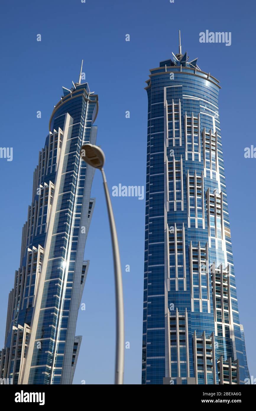 DUBAÏ, EMIRATS ARABES UNIS - 23 NOVEMBRE 2019 : JW Marriott Marquis Dubai, gratte-ciel de luxe à deux heures ensoleillées, ciel bleu clair Banque D'Images