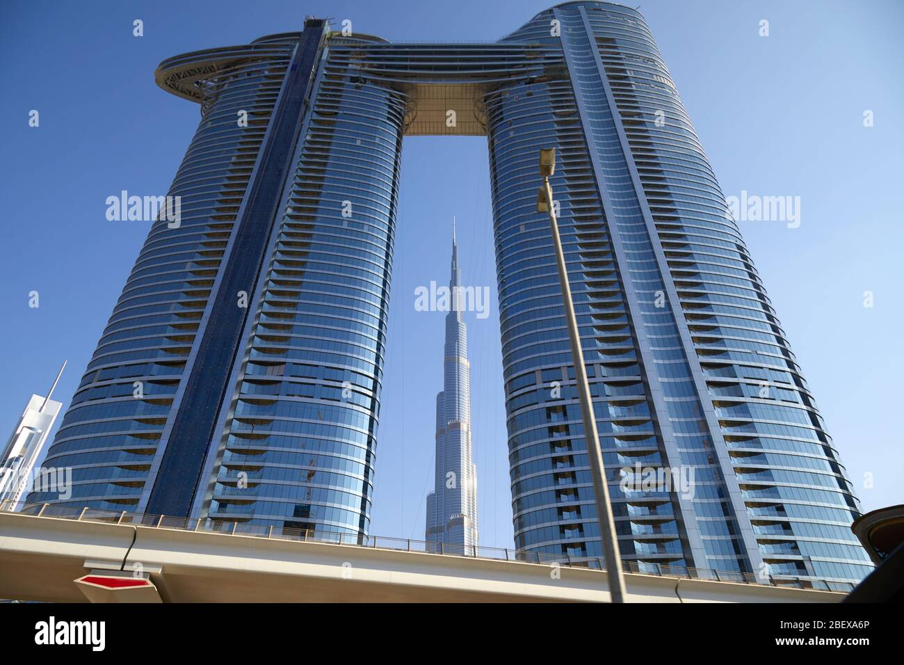 DUBAI, EMIRATS ARABES UNIS - 23 NOVEMBRE 2019: Adresse Sky View hôtel de luxe et Burj Khalifa dans une journée ensoleillée, ciel bleu clair à Dubaï Banque D'Images