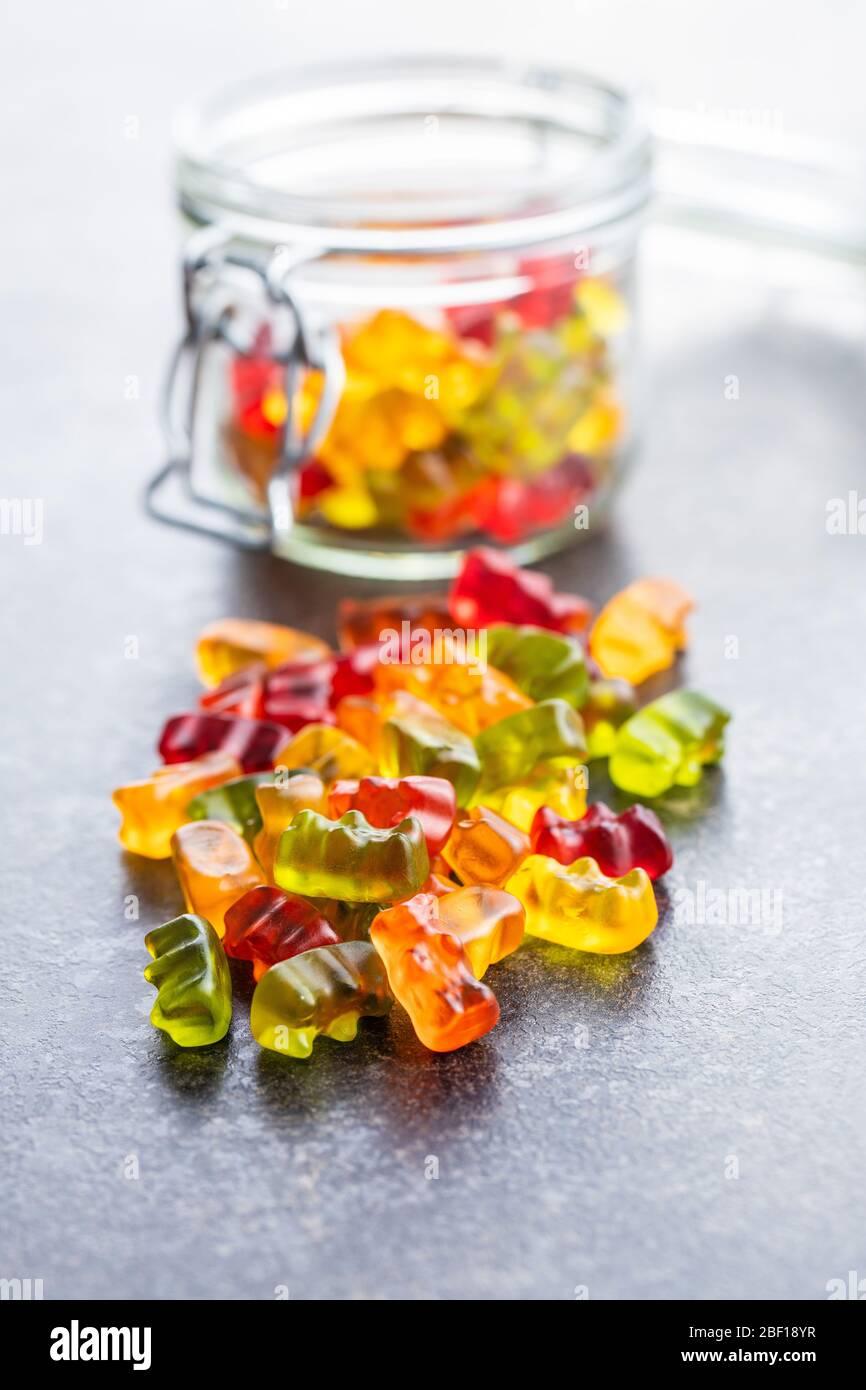 Ours en peluche, bonbons en gelée. Bonbons colorés sur la table. Banque D'Images